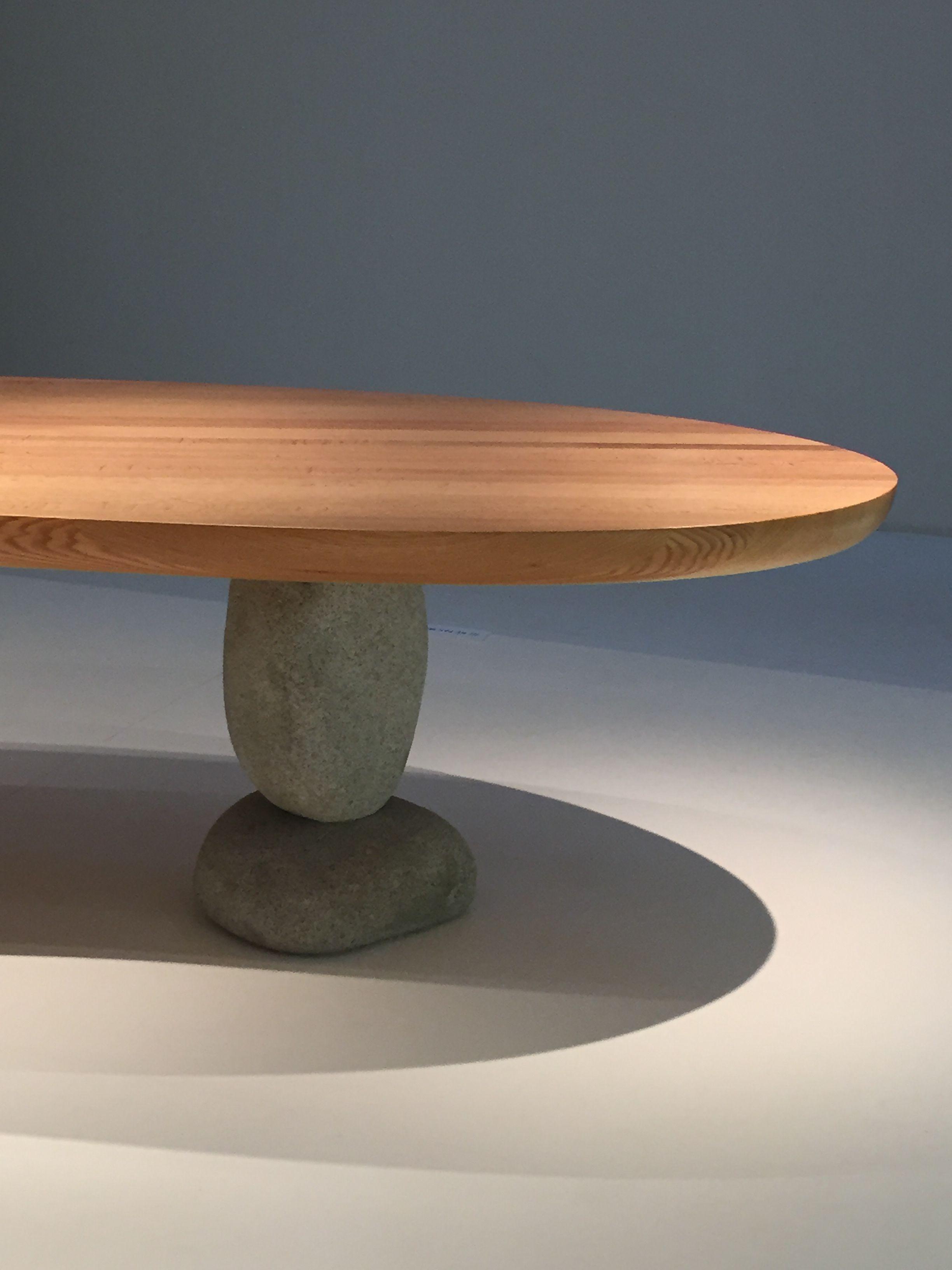 Choi Byung hoon table 2008, chêne rouge et pierre, collection de l'artiste /Korea Now ! Craft, design, mode et graphisme en Corée - du 19 septembre 2015 au 3 janvier 2016