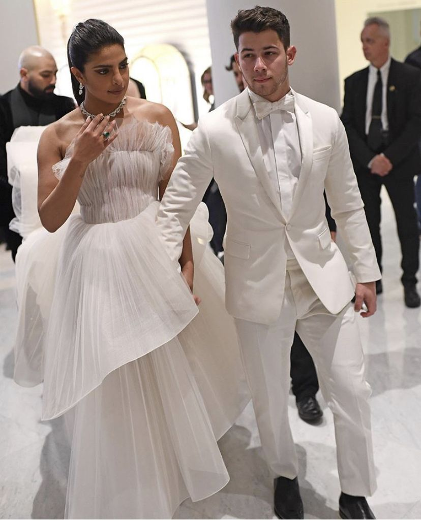 Nick Jonas Holds Umbrella For Priyanka Chopra Proves That He Is Perfect Gentleman As The Couple Makes Red Carpet Debut At Cannes2019 Hungryboo Priyanka Chopra Wedding Indian Photoshoot Bollywood Dress