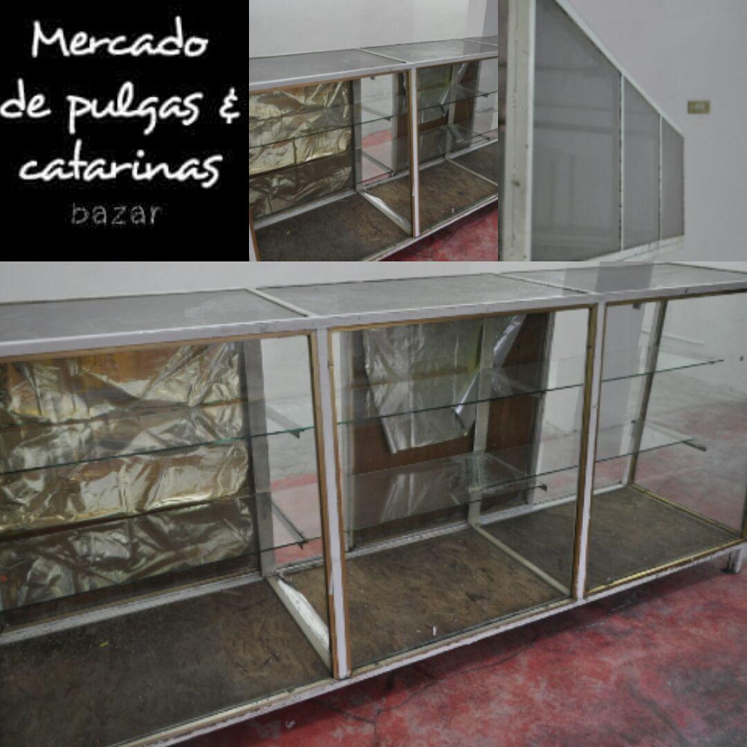 Y tenemos esta otra vitrina igual de vidrio con puertas for Puertas de madera con herreria