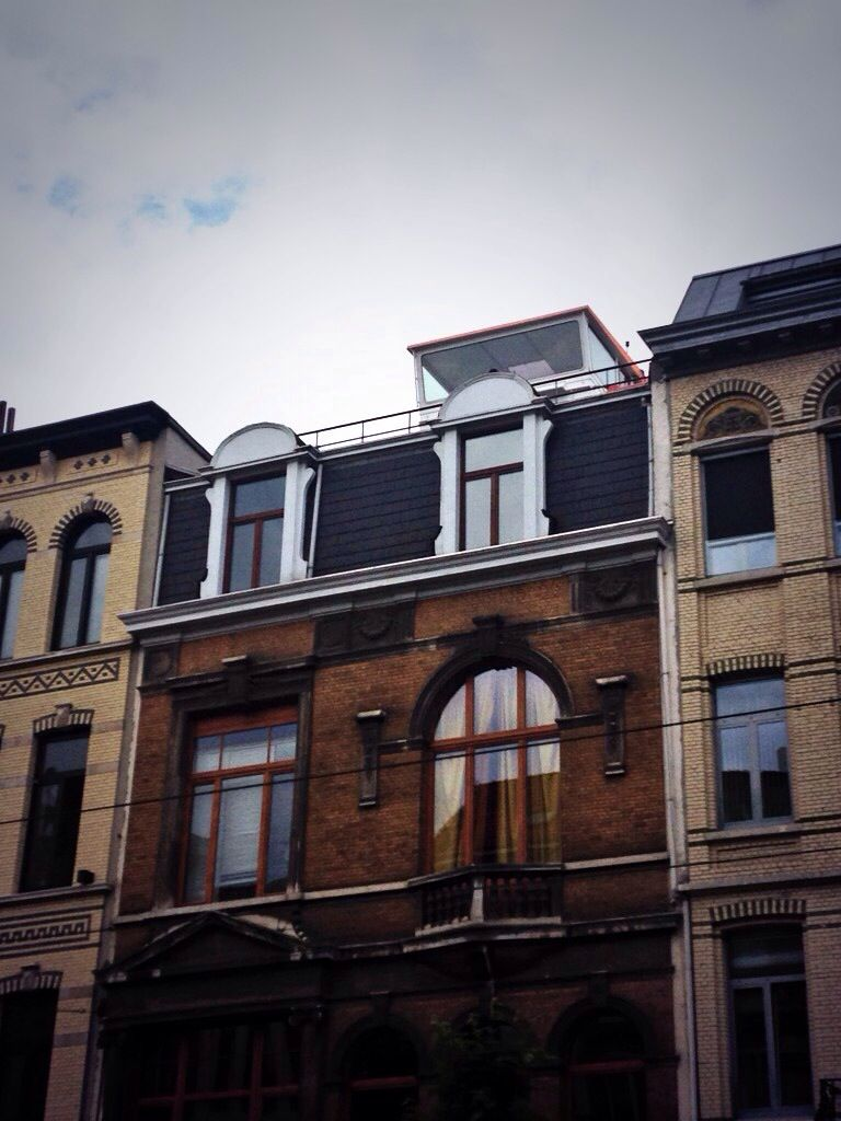 """Huis met """"brug"""" op het dak!"""
