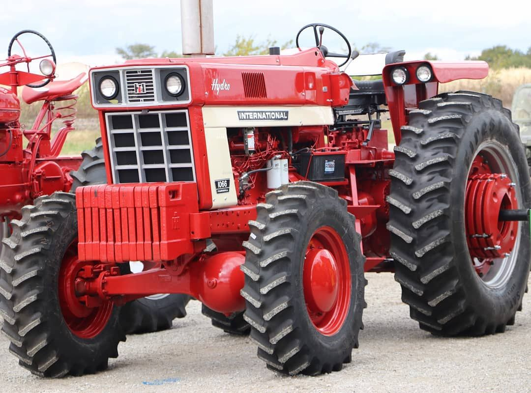 A Pretty Impressive International Harvester 1066 With Factory Front Wheel Assist These International Tractors International Harvester Tractors Classic Tractor