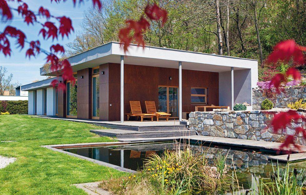 Protože se stavělo na úpatí vysokého železničního náspu, vznikl nápad a vlastně nutnost dům zasadit do svahu a opatřit jej zelenou střechou.
