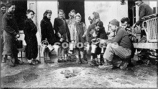 1945feb raymond roux località vidiciatico bo raymond roux un membro del 10 mountain division 87reggimento dà il cibo ai bambini in vidiciatico