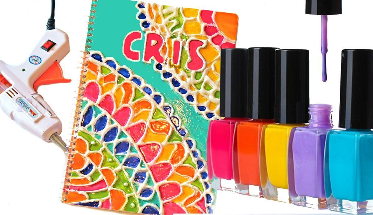 Con esmaltes de uñas de diferentes colores y silicona calienta odemos decorar las tapas de los cuadernos con todo tipo de diseños. Por ejemplo, podemos hacer mandalas. ¡Vamos a verlo!
