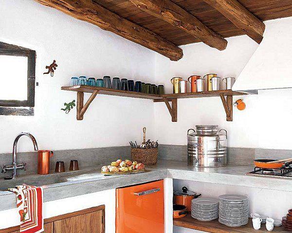 Particolare angolo cucina in muratura con mensole in legno che ...