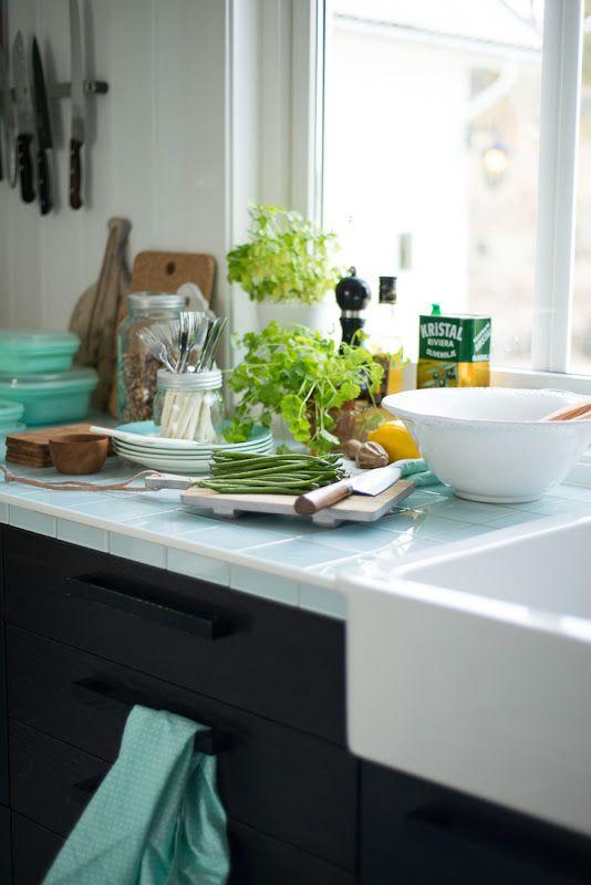 Una cucina dal taglio estremamente contemporaneo, un piano di piastrelline quasi retrò ma frizzante nella colorazione: personalizziamo! Osiamo! @Fjeldborg