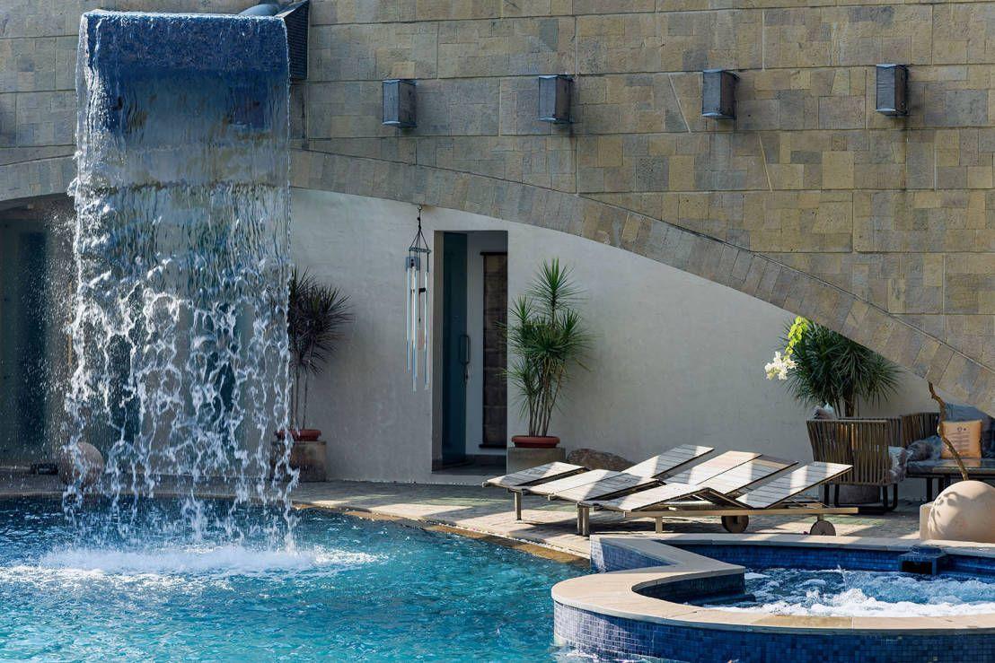Esta casa es como un palacio de ensue o piscinas for Disenos de cascadas para piscinas