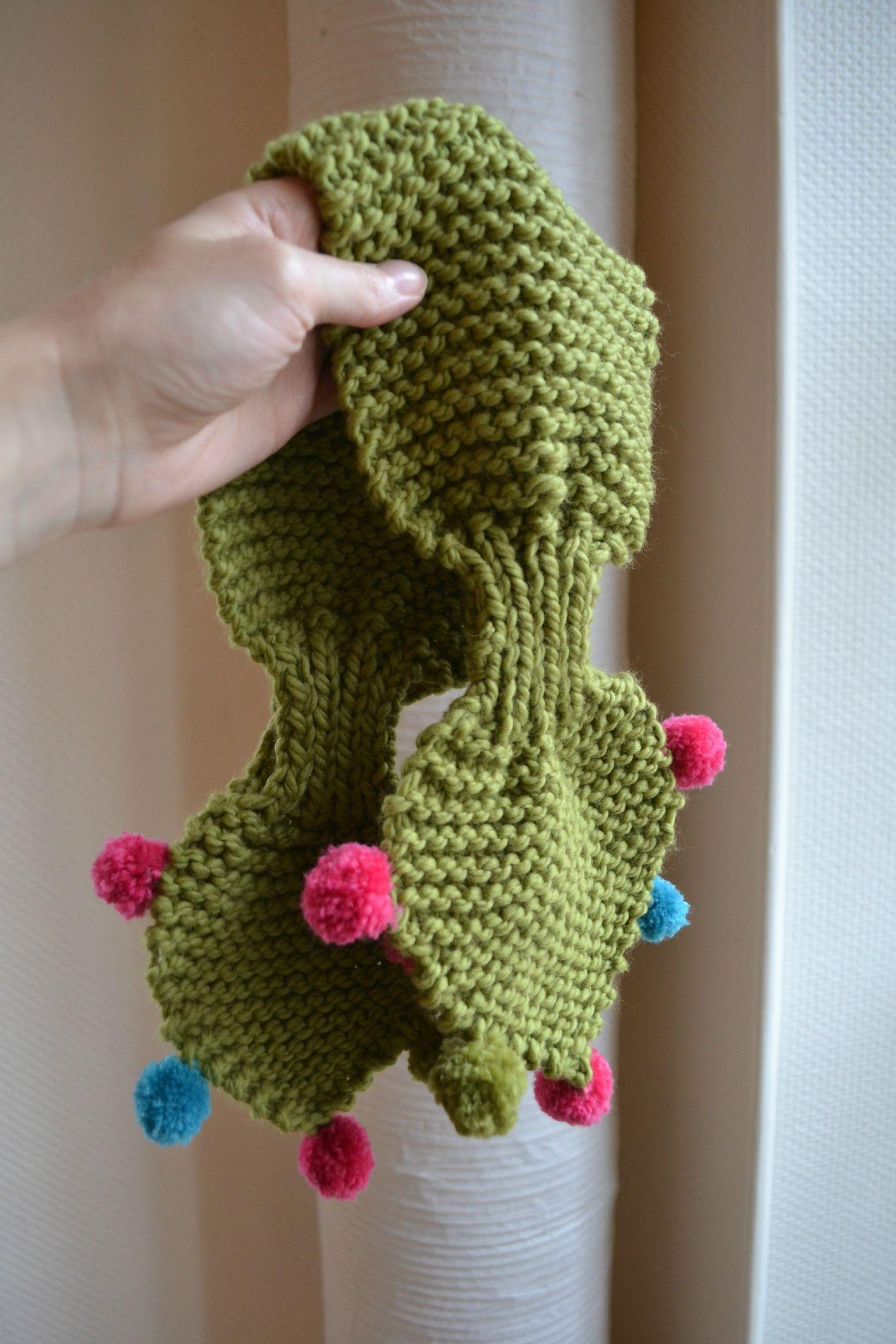 l écharpe à feuilles et à pompons   Tricot   Stricken 2f0507a756a