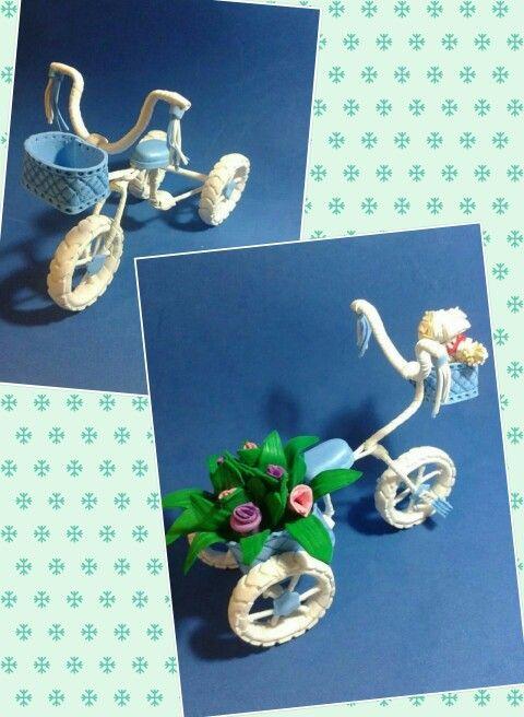 Triciclo en goma eva para fofuchas personalziadas.