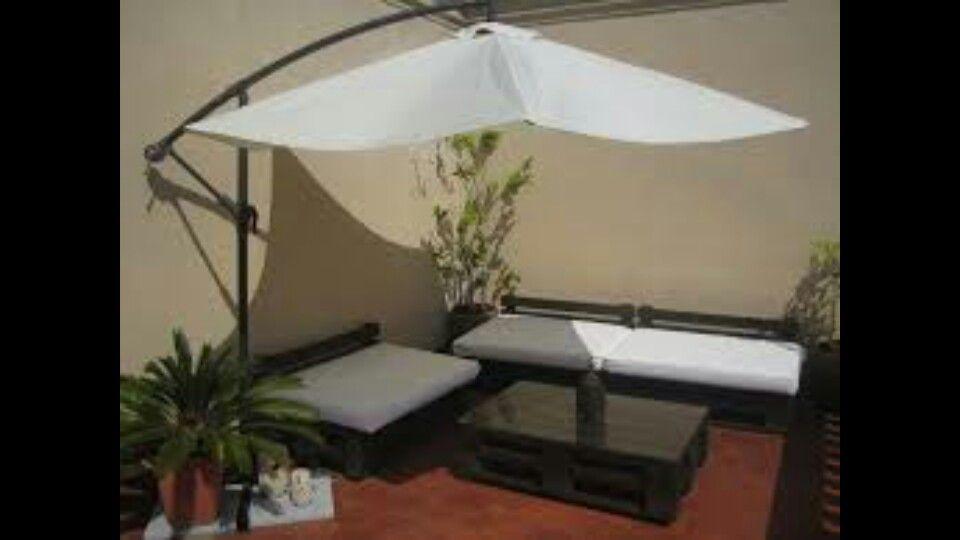 Terraza chill out con sombrilla terrazas y jardines en - Sombrilla de terraza ...