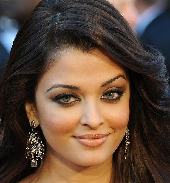 Eye Makeup Wear It Right See Pics For Almond Shaped Eyes Like Aishwarya Rai You Can T Really Go Wr Aishwarya Rai Makeup Model Beauty Secrets Beauty Hacks