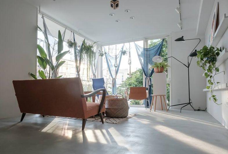 Shelter Kuko Cafe Gallery 代々木八幡駅 代々木公園駅より徒歩5分 オーガニックカフェ ギャラリーとしても営業している店舗を 撮影スタジオとしてご利用いただけます スタジオ内には撮影に使える家具 小物が充実しています 豊富な観葉植物は ポー