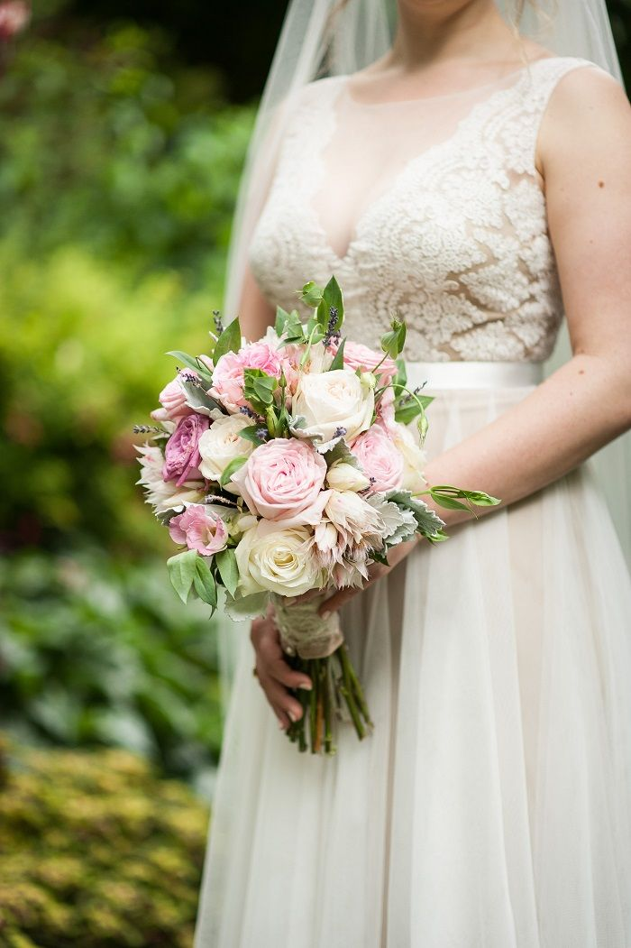 Blush wedding bouquet + Bride wedding portrait | fabmood.com #brideandgroom