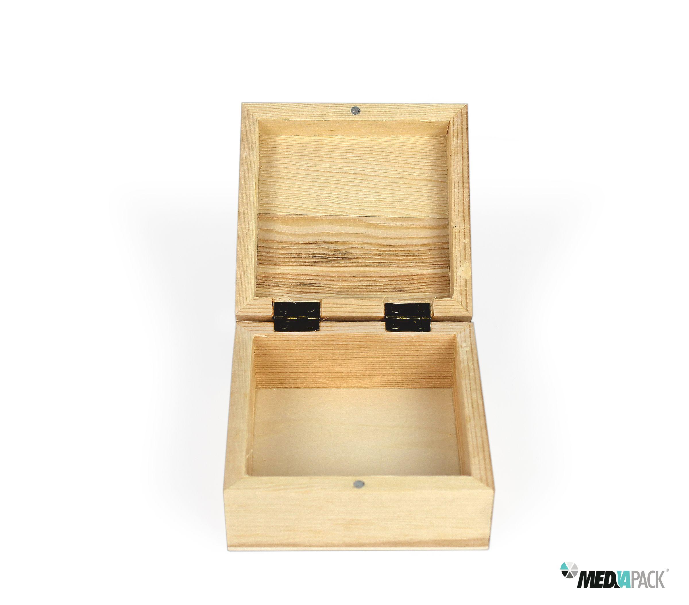 Caixa de madeira pequena para diversas utilizações.  Veja esta e outras embalagens na nossa loja online: http://loja.mediapack.com/pt/bau-de-madeira-pequeno_1/