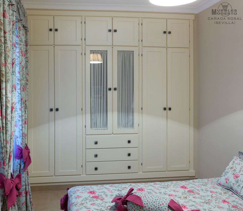 armario empotrado de puertas abatibles color beige o
