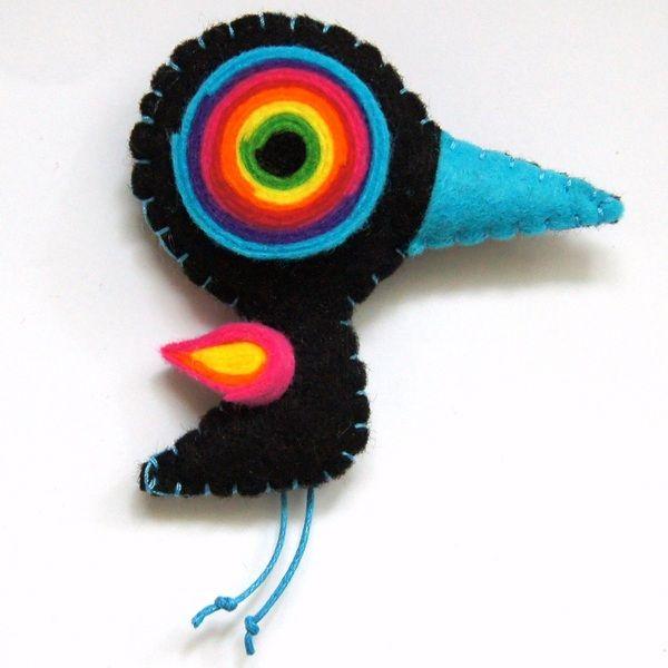 Urocza broszka w postaci kolorowego ptaszydełka, wykonana z filcu, będzie nietuzinkowym dodatkiem do garderoby, przykuję niejedno spojrzenie;) Wymiary