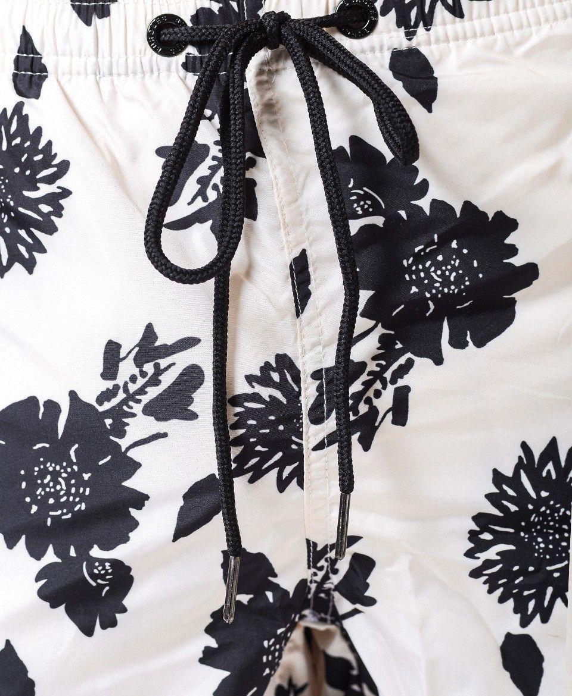 Traje de baño corto Estampado con motivo exclusivo de la casa. Base color blanco con motivos en negro. Secado rápido