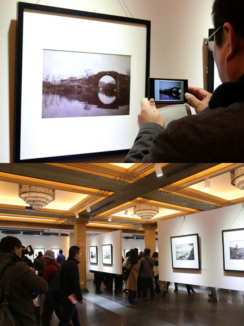 Exhibiting old photos archive of West Lake beside the West Lake. #photography