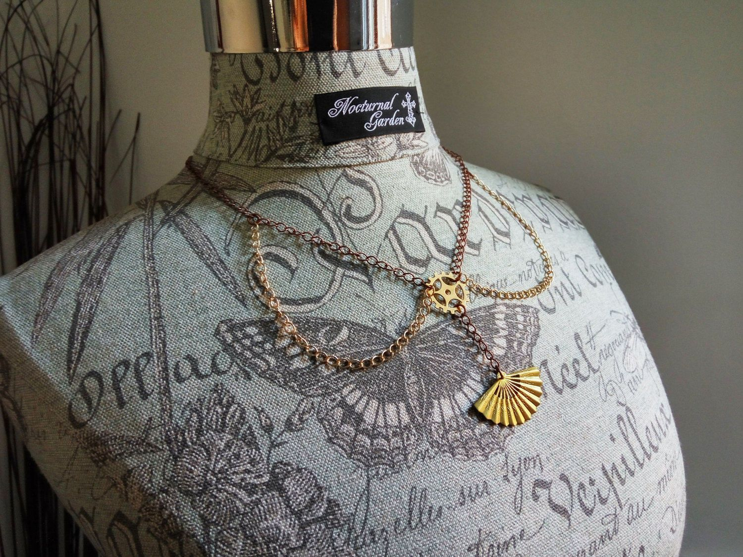 Steampunk necklace with gears and a little fan di HekateAtelier su Etsy