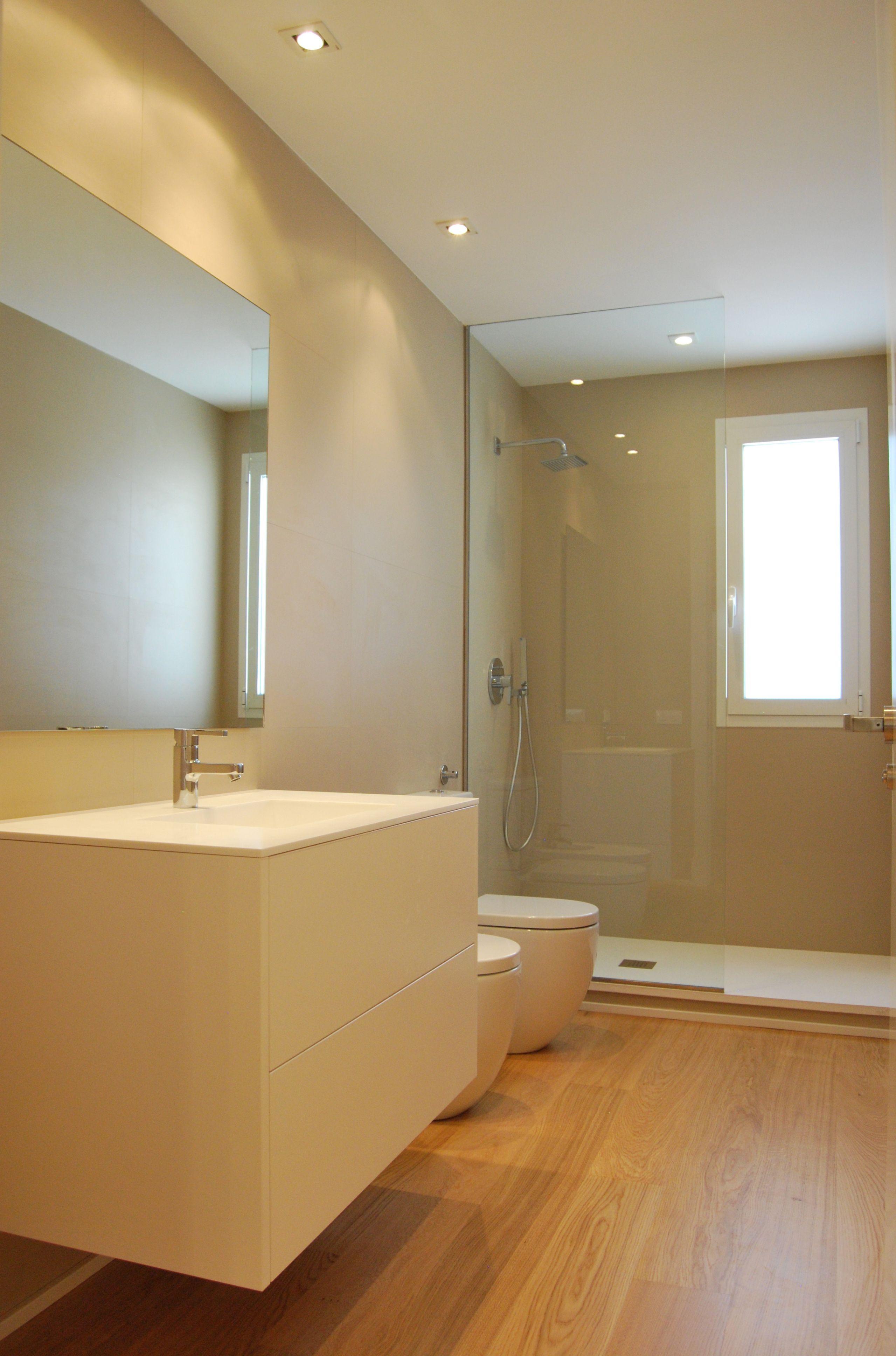 Ba o con revestimiento porcel nico techlam de levantina y suelo de parquet apartamento en - Revestimiento para bano ...