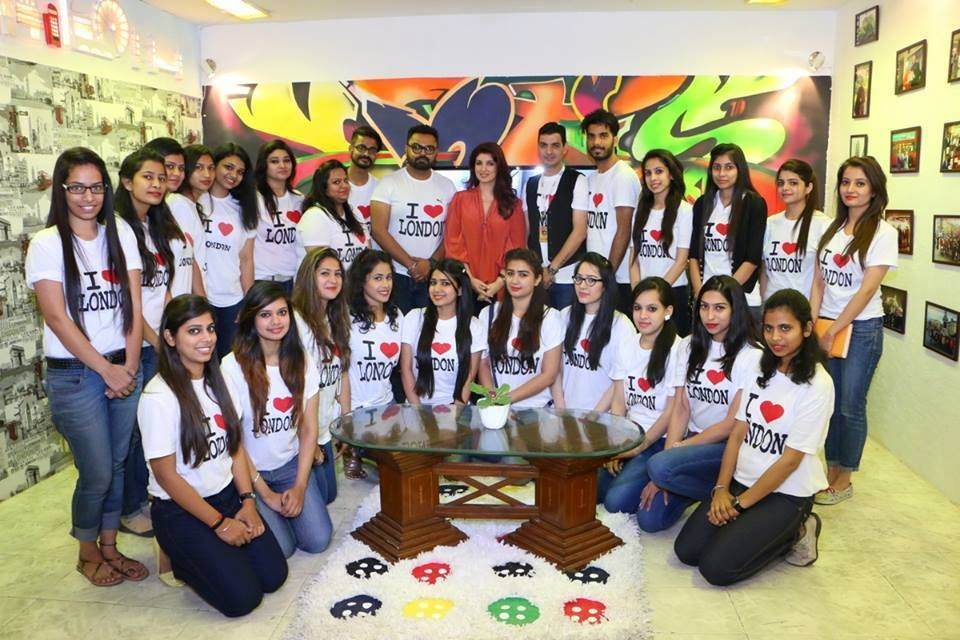 Twinkle khanna chief mentor inifd with students supporting for Interior designs by twinkle khanna