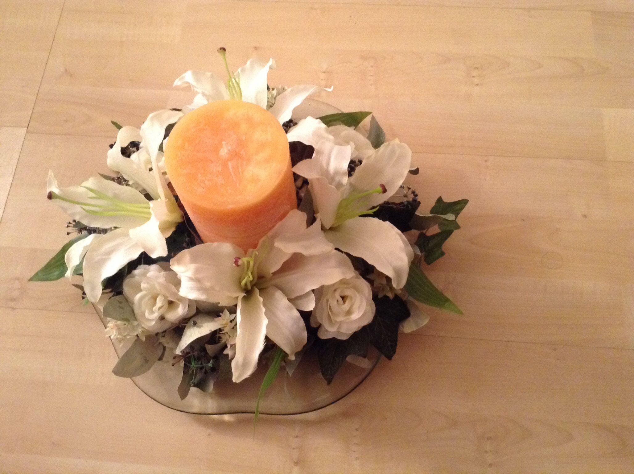 Centro de mesa con vela y flores blancas jacob bautizo - Centros de mesa con velas ...