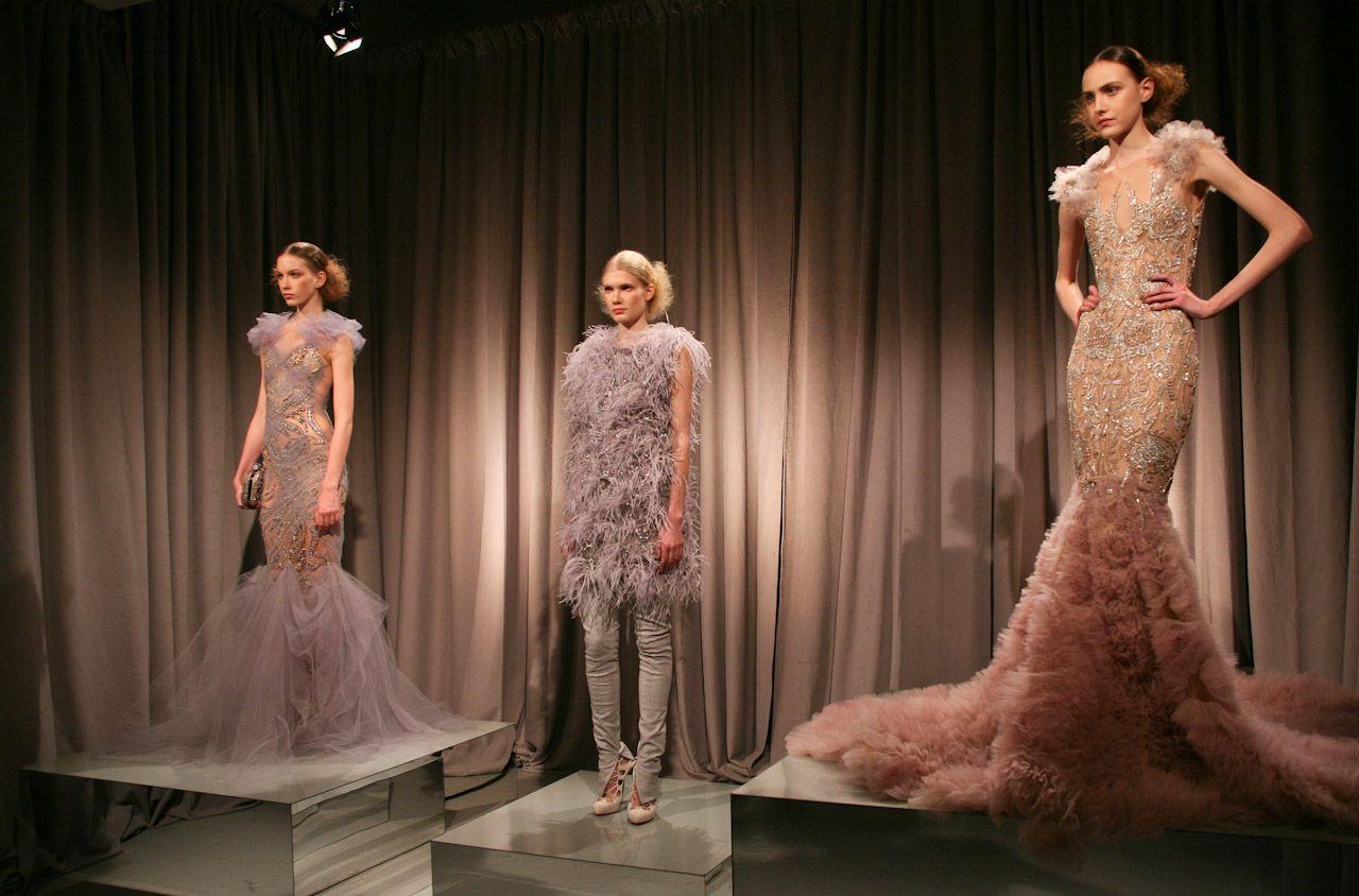 Marchesa usou como inspiração o período Vitoriano para desenvolver sua coleção inverno 2012. Com a presença de mangas e saias volumosas, drapeados, lindos bordados e rendas.