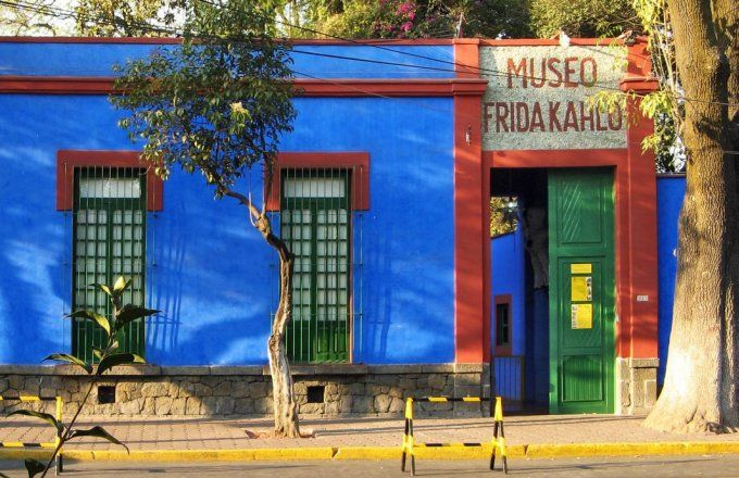 Casa Azul The Home Shared By Mexican Artist Frida Kahlo And Fellow Artist Diego Rivero Her Husband Which Is Now The Frida Kahlo Museum 프리다 칼로 아티스트 벽화 아이디어
