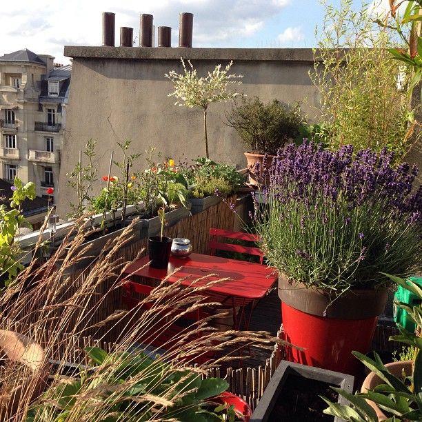 Balcon avec table et chaises #bistro #rouge #coquelicot #fermob ...