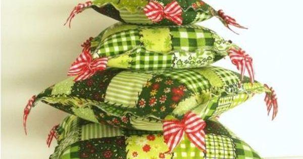 Árvore de Natal de almofadinhas de tecido patchwork verde  - Com laços quadriculados vermelhos  - Com estrela forrada de cetim  - Com Suporte Vaso … | Pinteres…