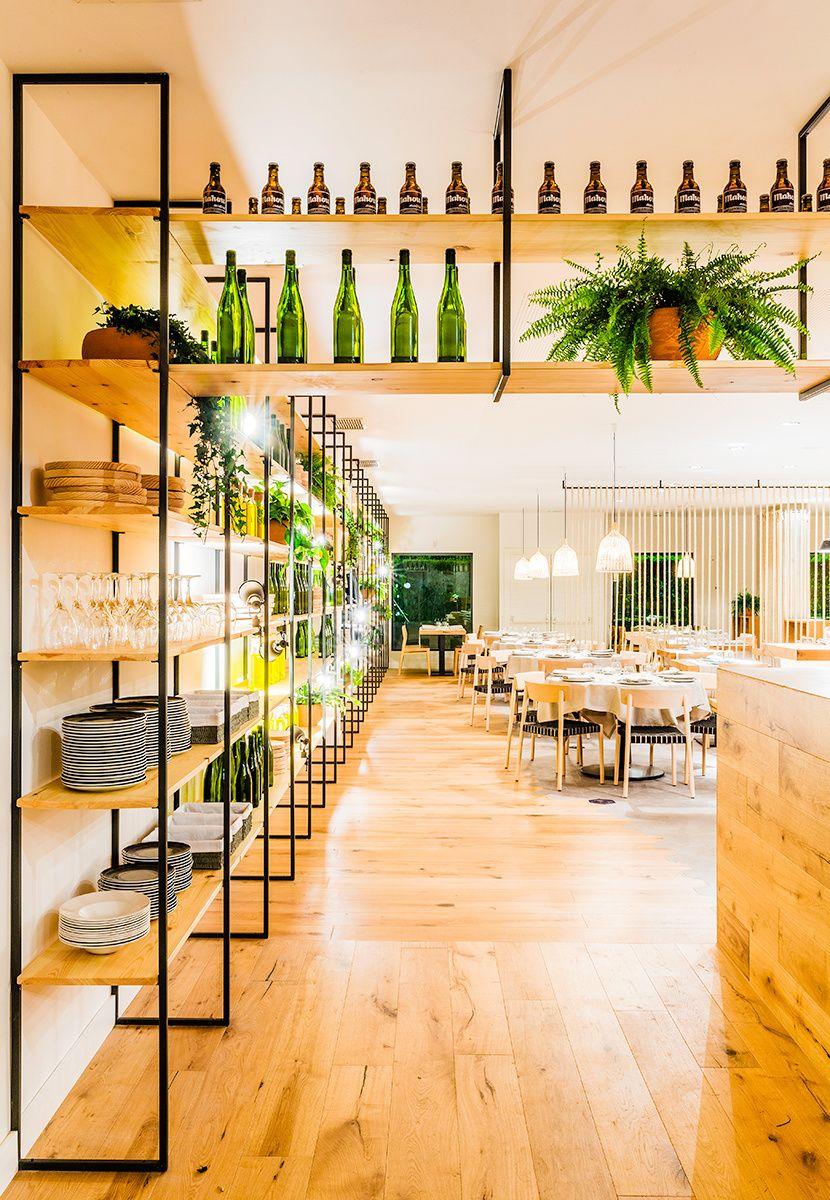 Restaurante atrapallada de zooco estudio estanterias laq - Estanterias para bares ...
