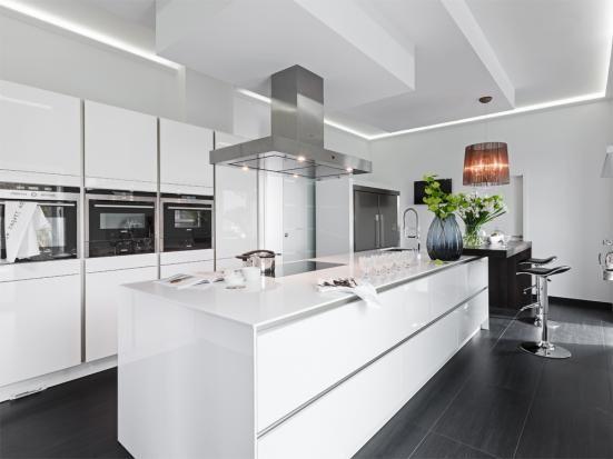 Glanzstück in Weiß | Kochinsel, Küche und Einrichtungstipps
