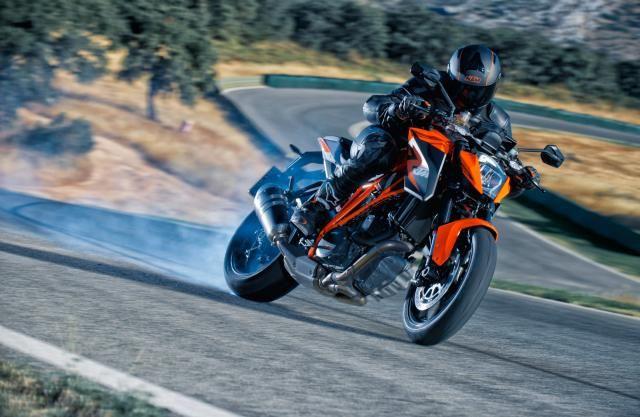 """KTM KTM 1290 Super Duke R, potente e ben gestibile La KTM 1290 Super Duke R ha numeri da """"brivido"""": 180 CV, per 189 kg ma è molto più amichevole di quel che possa sembrare. Grazie a un'elettronica ben a punto non ha mai reazioni brusche, sa andare molto forte, ma anche trotterellare in città senza lamentarsi. Per essere una naked sportiva è anche abbastanza comoda € 15.650 - See more at: http://www.insella.it/primo_contatto/ktm-1290-super-duke-r#sthash.nGjWN2I1.dpuf"""