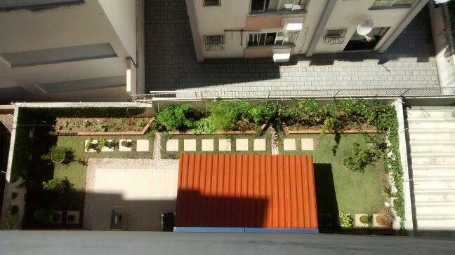 Terraço verde sobre a garagem no primeiro andar de um prédio no centro de Balneário Camboriú, SC, Brasil.