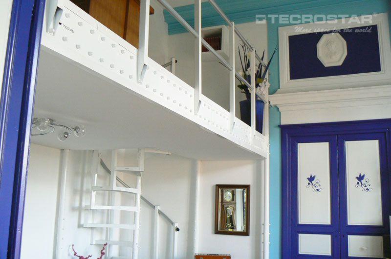 En esta vivienda se ha duplicado el espacio disponible para en el salón, y se ha creado una zona de estudio en la parte superior.
