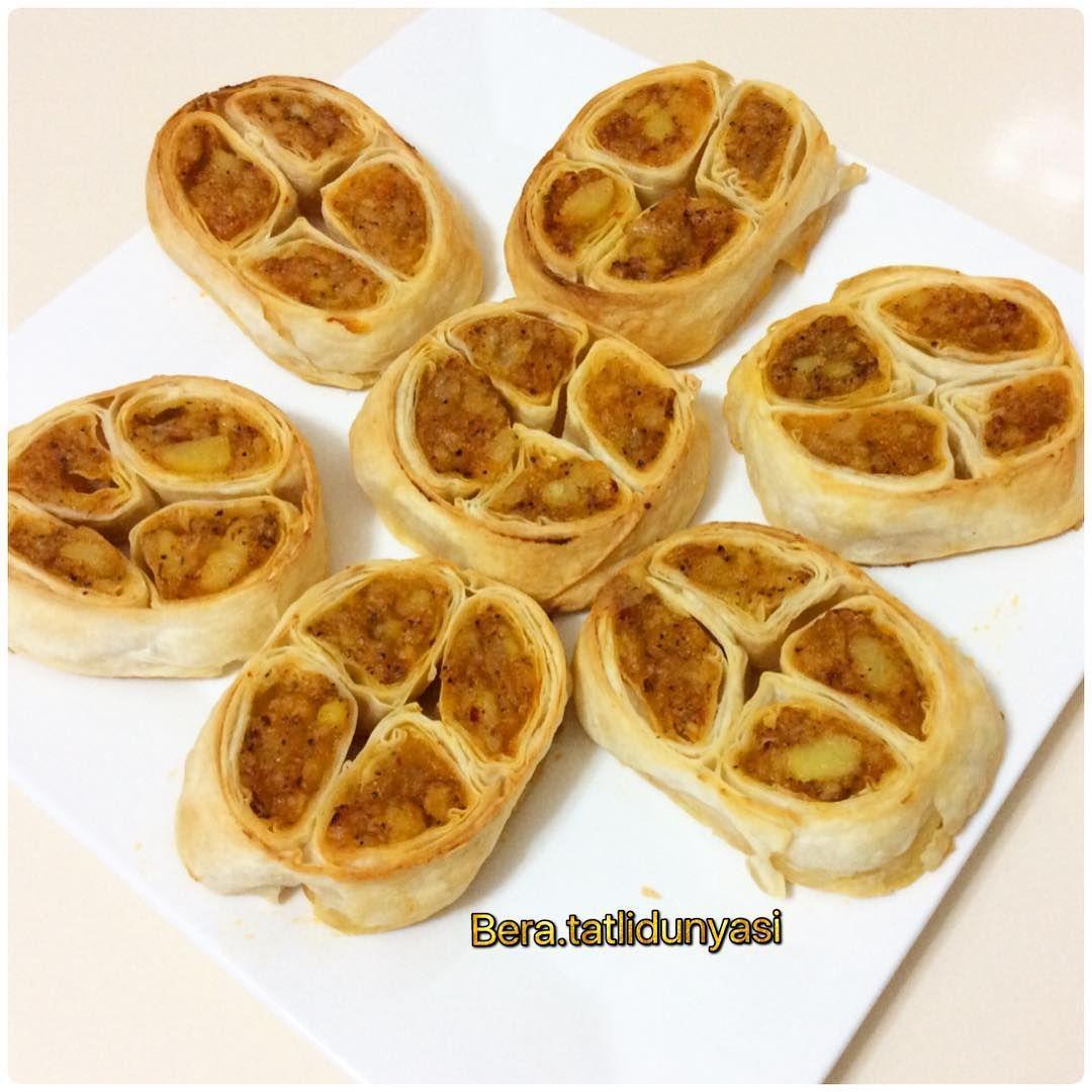 Yonca Börek Tarifi için Malzemeler 5 adet böreklik hazır yufka 1,5 su bardağı süt 1 su bardağı sıvı yağ İç harcı için; 5 adet orta boy patates 2 adet orta boy kur