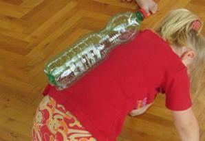 Idee in movimento con bottiglie di plastica