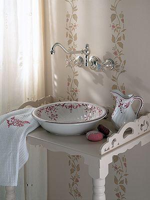Badezimmer im landhausstil waschbecken mit blumenmuster for Waschbecken landhausstil