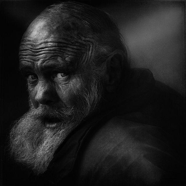 Lee Jeffries est un photographe anglais résidant à Manchester. Ce comptable deprofession se lance dans la photographie et commence à shooter des personnes sans-abris rencontrées au fil de ses voyages enAmériquedu nord et en Europe. Dans sa démarche artistique, il prend le temps de connaitre les personnes avant de les photographier. Ses magnifiques clichés expriment […]