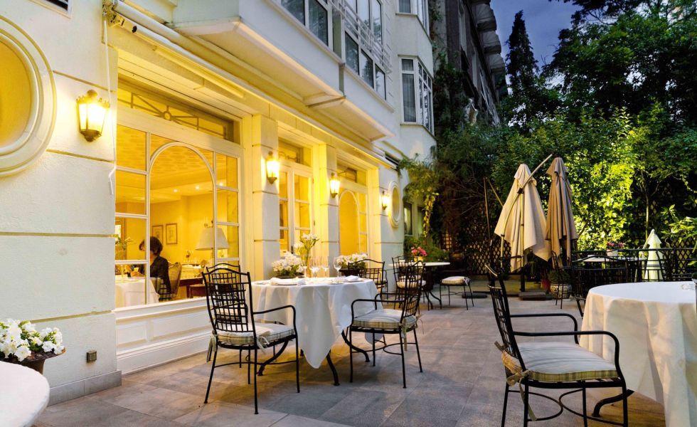 El Jardín de Orfila Dejarse caer por el Orfilia, el único hotel madrileño de la cadena Relais & Châteaux, tiene su porqué. Como descubrir el interior de este hotel-bombonera, alojado en un antiguo palacete del XIX. O sentarse en una terraza con trampantojo: un decorado teatral. Realidad y ficción confluyen en El Jardín de Orfila, la terraza y el restaurante de cocina afrancesada de Carlos Carpintero. Por la noche, la cálida ambientación le da un aire a 'las mil y una noches' en el fino…