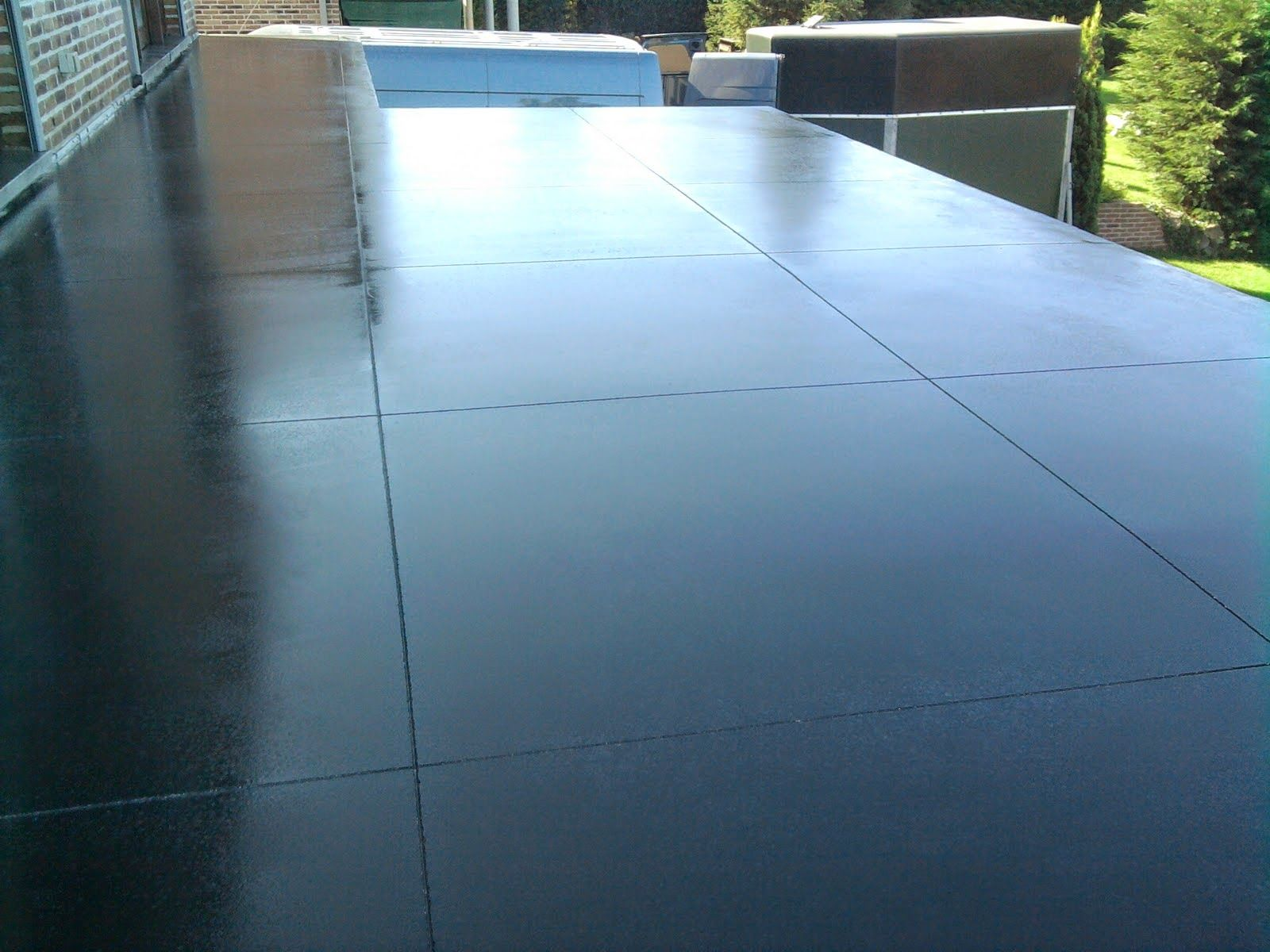 Terrasse en b ton liss anthracite avec sciage grand for Dalle en beton exterieur