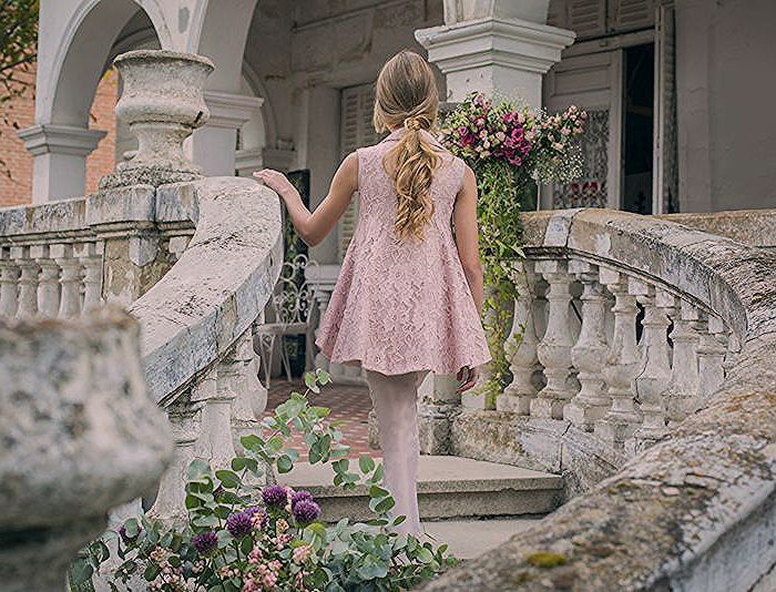 Festliche Frisuren für Kinder, lange blonde Haare, rosafarbenes Spitzenkleid un…