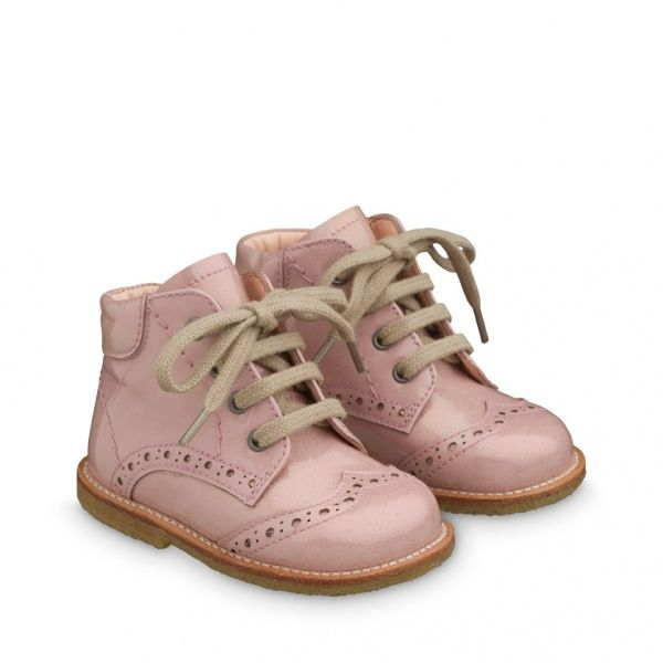 31c63811bef Nydelige startersko fra Angulus. Sko til små prinsesser i rosa lakk.  Materiale: LærlakkSåle: RågummiFôr: 100% chromfritt skindforLæstbredde:  Mellom