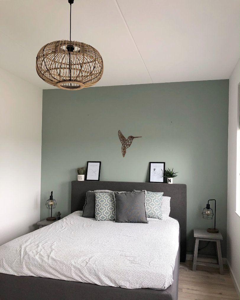 Slaapkamer met donkergrijs boxspring en budget rotan hanglamp in het huis van Nelleke van @huisjemosgroen