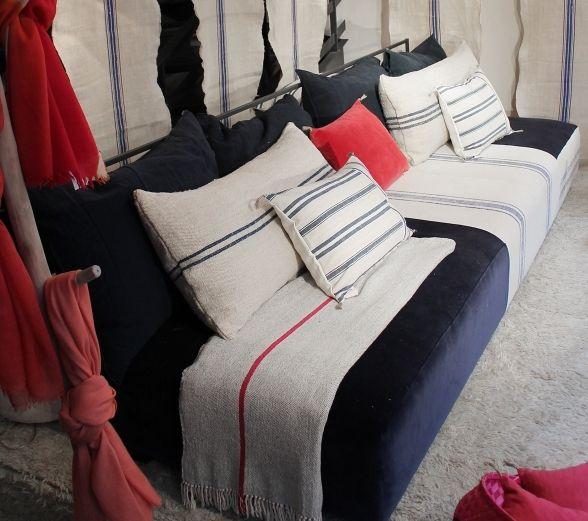 Cómo elegir los cojines para el sofá | Sofá azul marino