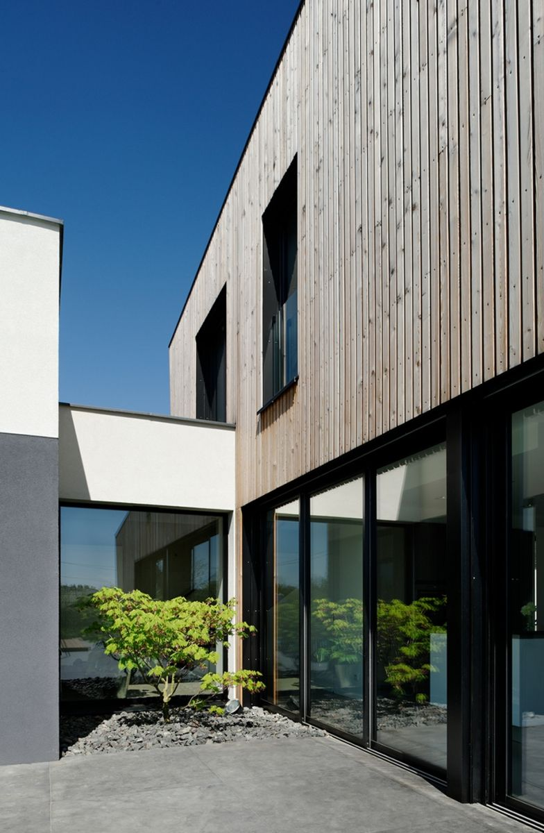 Moderne woning met houten gevelbekleding in combinatie met witte crepi meer info over dit project