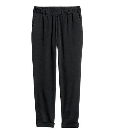 Black. Ankle-length, pull-on pants in crinkled woven fabric. Regular waist with elasticized waistband. Side pockets and tapered legs with sewn cuffs.