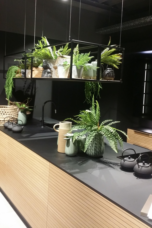 cuisine moderne en bois sans poignée  Étagère suspendue cuisine