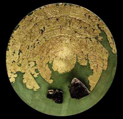 Andre solvogne? Solvognen fra Trundholm Mose var sandsynligvis ikke den eneste af sin slags. Dele af en gylden solskive er bl.a. fundet i en gravhøj i Jægersborg Hegn, Nordsjælland. Måske stammer den fra en solvogn?