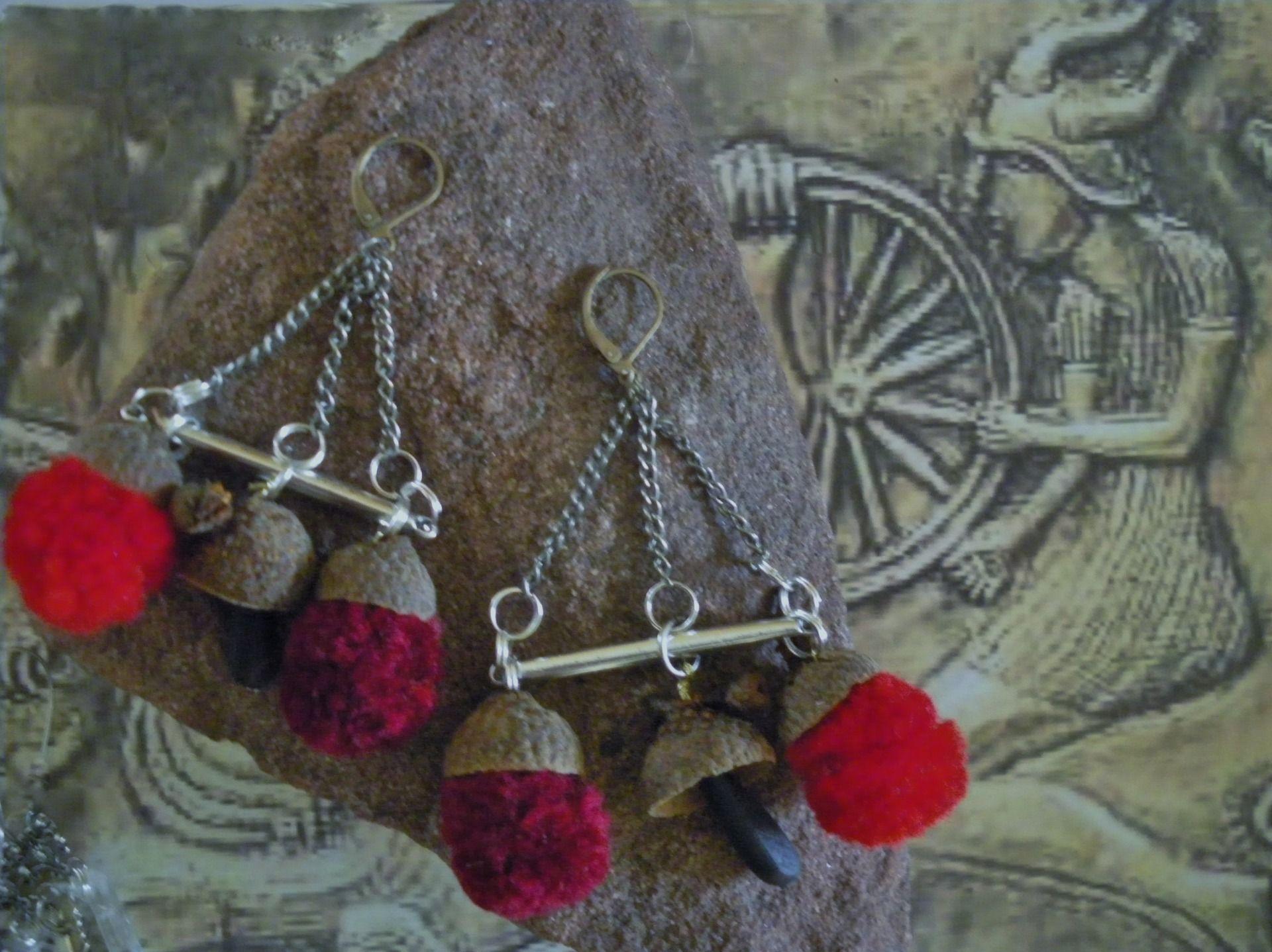Boucles de style naturel surmontées de coupelles de chêne et toories rouges : Boucles d'oreille par ijbj-bis